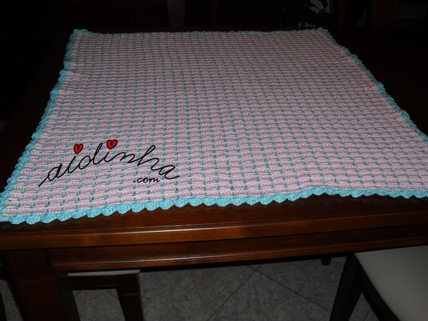 Vista total da manta, em crochet, para bébé