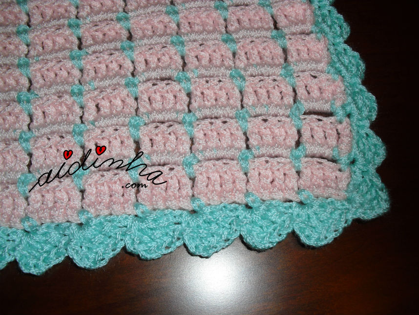 Vista de mais perto do ponto de crochet da manta para bébé