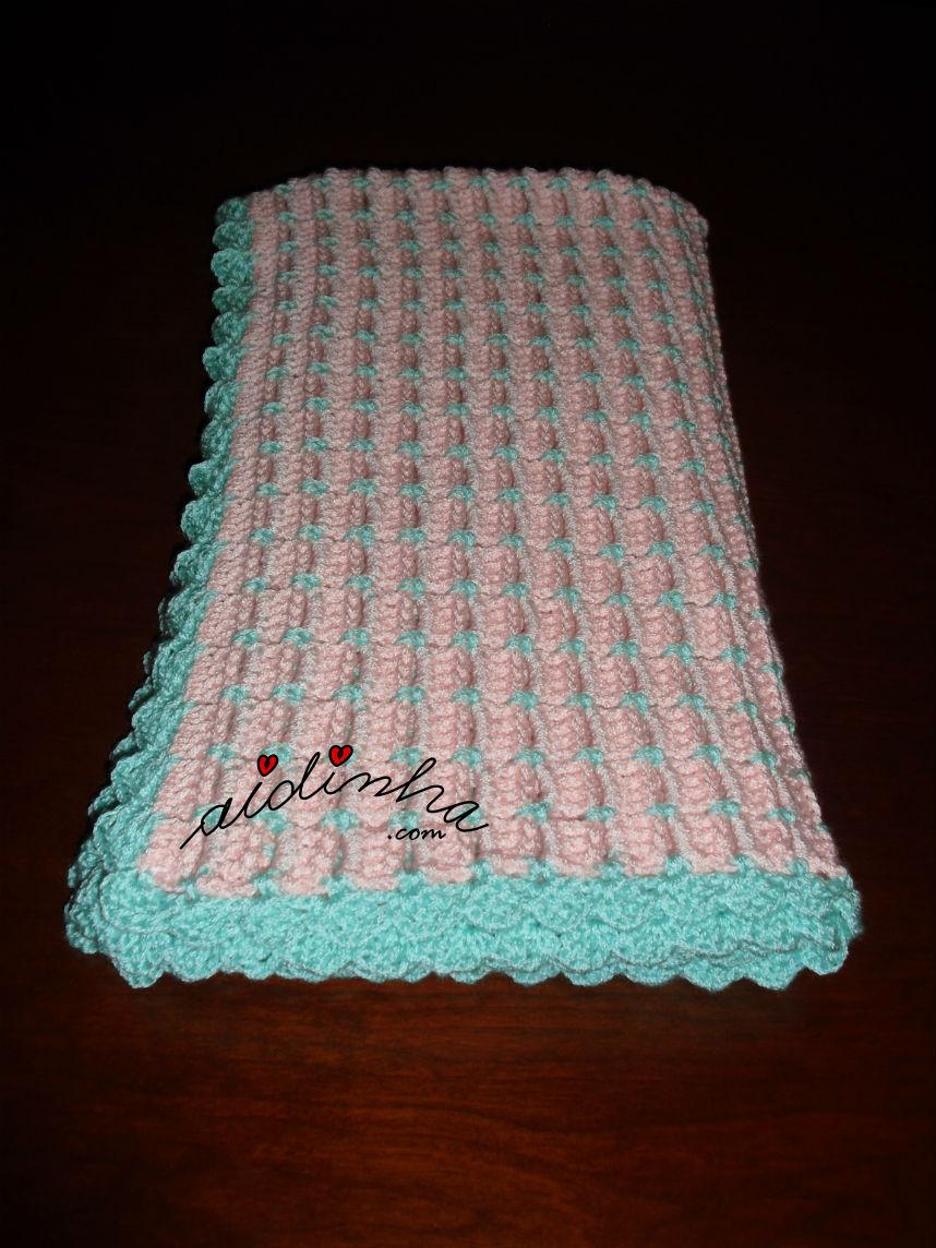 Outra vista da manta de crochet, dobrada