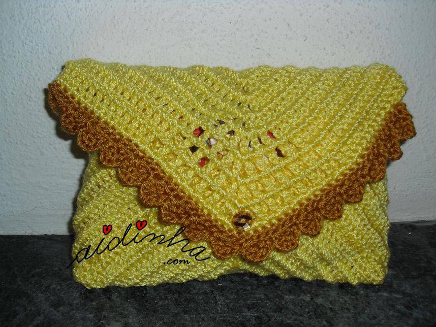 Outra vista da bolsa, em crochet, tipo envelope, amarela