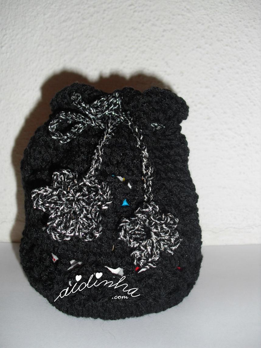 bolsa em crochet, tipo saquinho, preta com flores prateadas