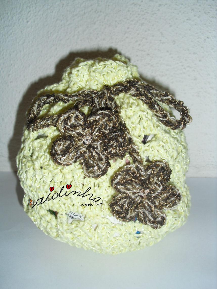 bolsa em crochet, tipo saquinho amarela com flores castanhas