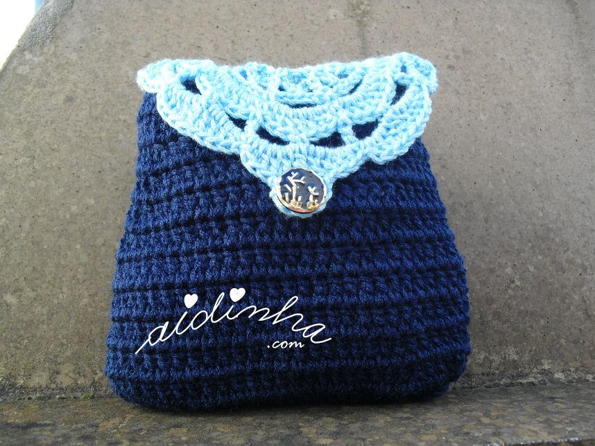 Bolsa em crochet, azul escura, com roseta azul turquesa