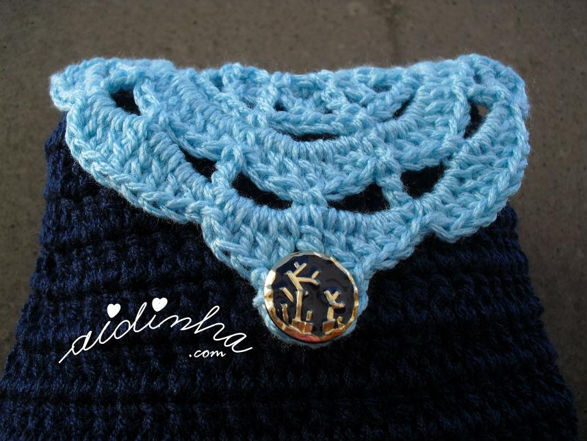 Vista de perto da bolsa de crochet, azul escura