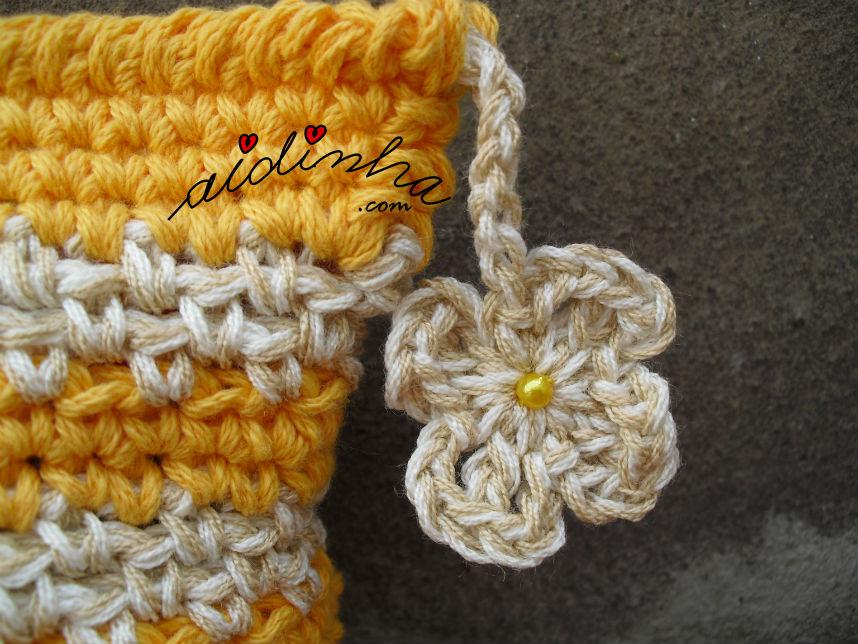 pormenor da flor pendente da bolsa amarela