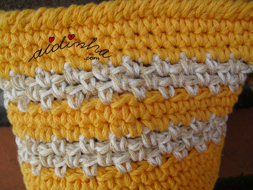 pormenor do ponto de crochet utilizado na bolsa amarela