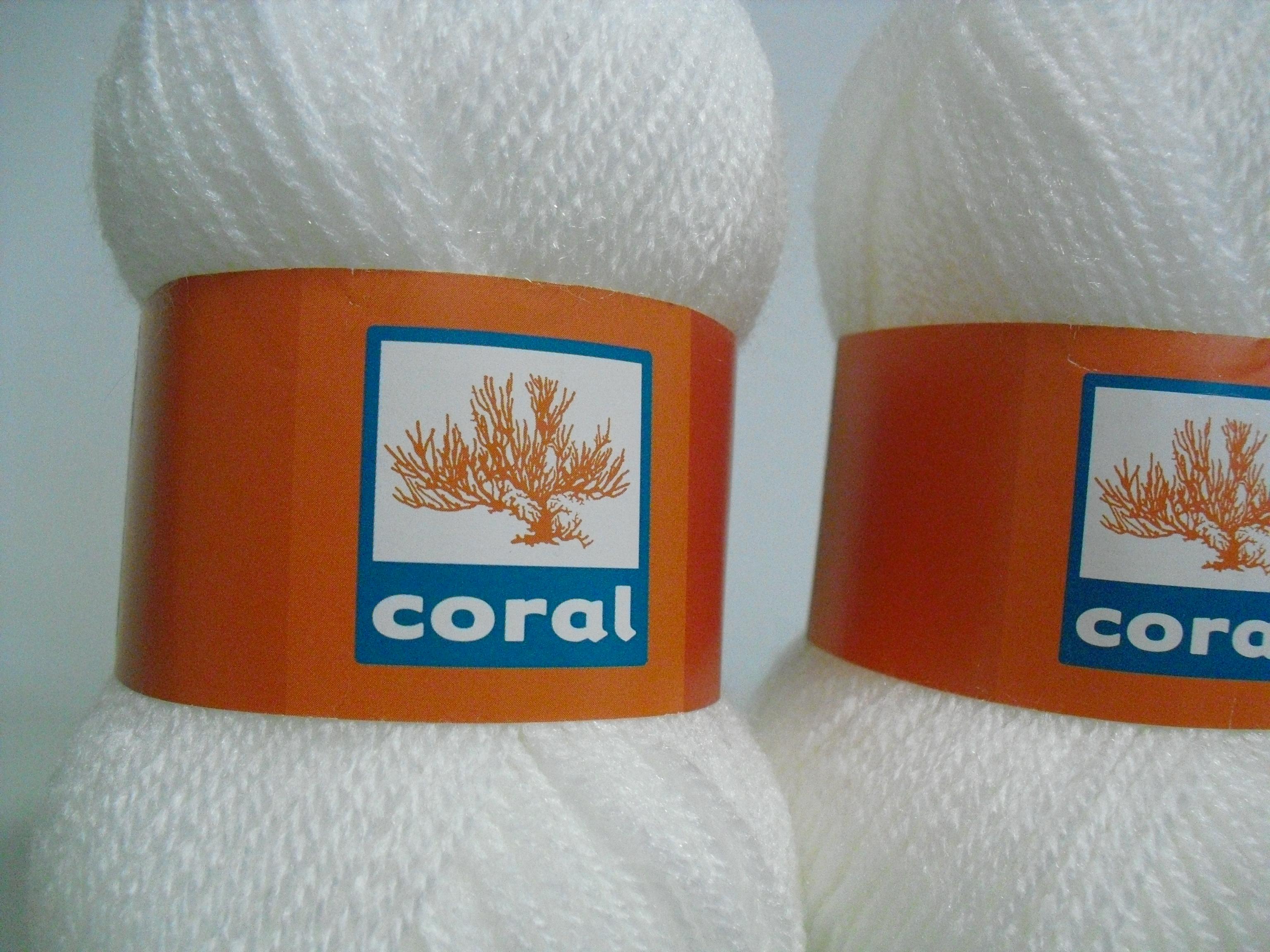 Vista de mais perto da lã utilizada na gola de crochet branca