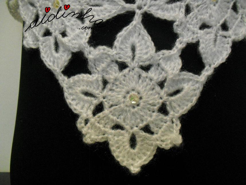 Vista do motivo que compõe a pelerine, em crochet, branca