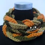 "Gola ""Rapunzel"" em crochet, nas cores verde seco, creme e laranja"
