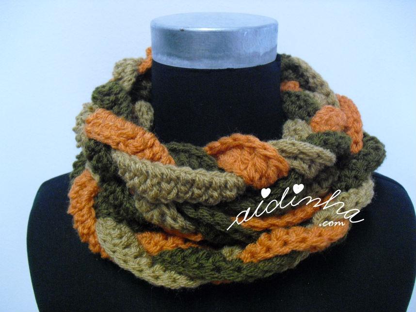 Gola em crochet, entrançada nas cores verde seco, creme e laranja