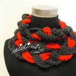 """Gola """"Rapunzel"""" em crochet, nas cores cinza escuro e vermelho"""