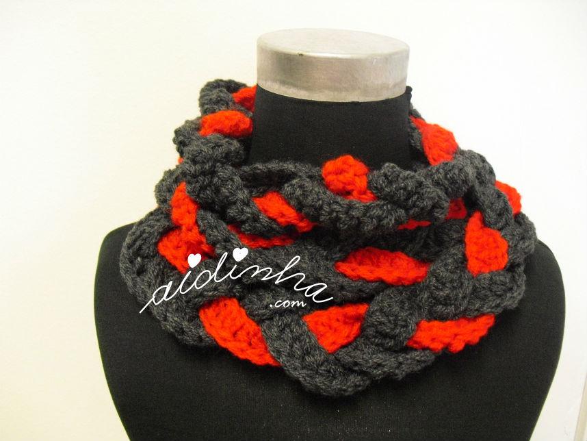 Gola em crochet, entrançada, cinza escuro e vermelho