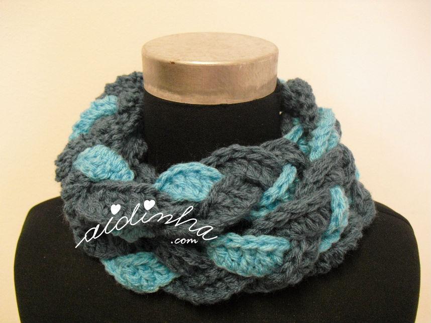 Gola entrançada, em crochet nas cores azul