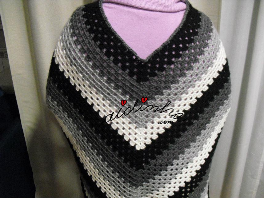 vista da parte detrás do poncho em crochet