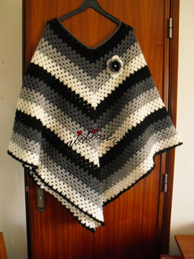 Poncho, em crochet, com cores em degradé