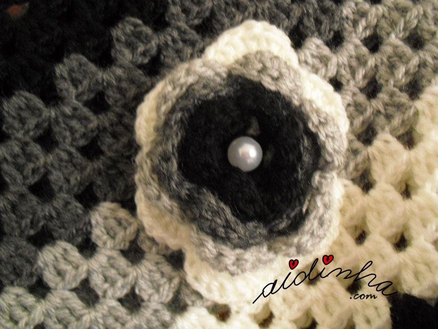 Flor da lapela do poncho de crochet