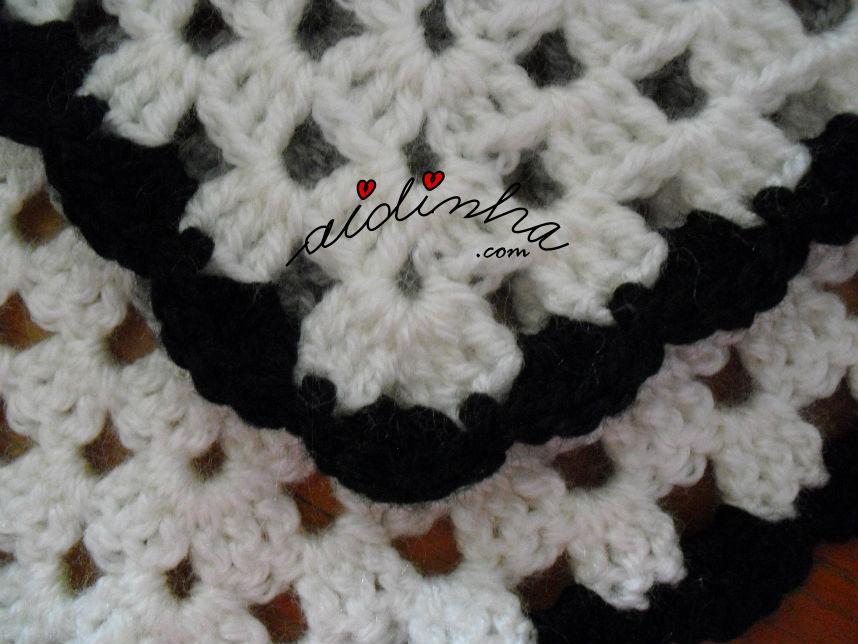 vista mais pormenorizada da última carreira do poncho de crochet
