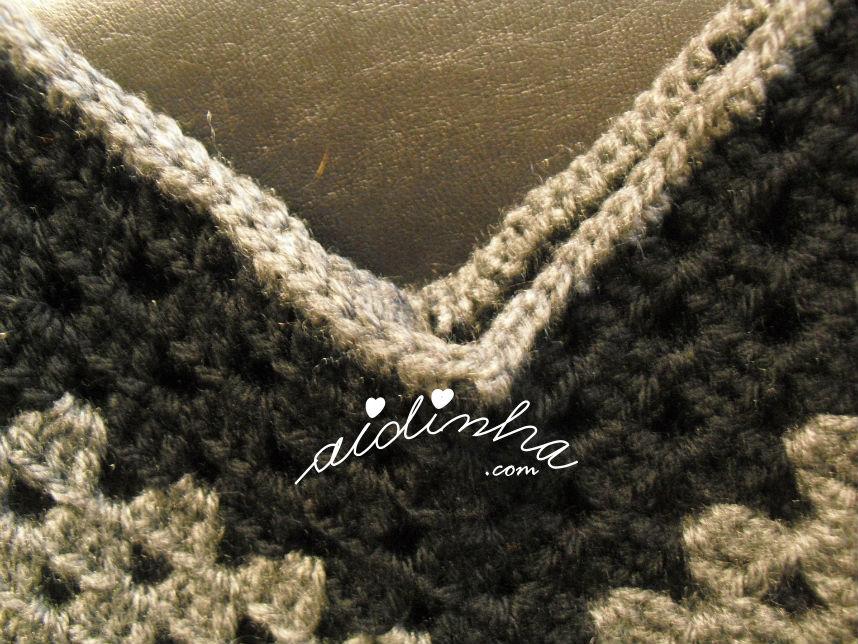 pormenor do remate do pescoço do poncho em crochet