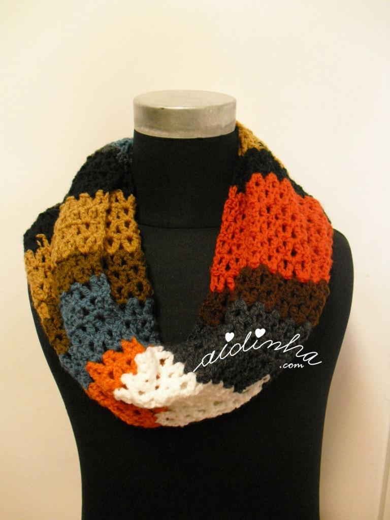 Outra gola, em crochet, multicolorida