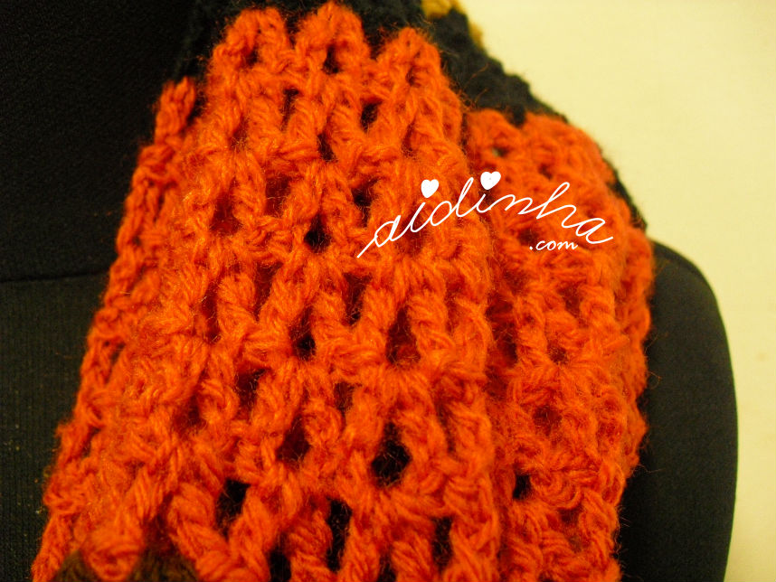 Vista de mais perto do ponto de crochet utilizado na gola de crochet