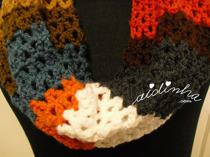 Mostragem do ponto de crochet utilizado na gola multicolorida