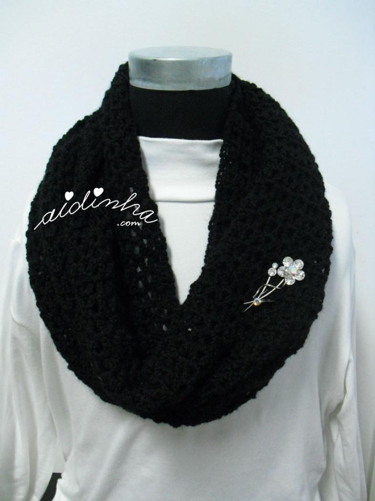 Gola rendada, em crochet, preta