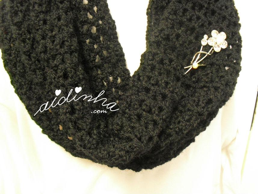 Vista do redondo da gola rendada, em crochet, preta