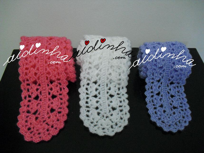 Vista dos três cachecóis, em crochet, rendados