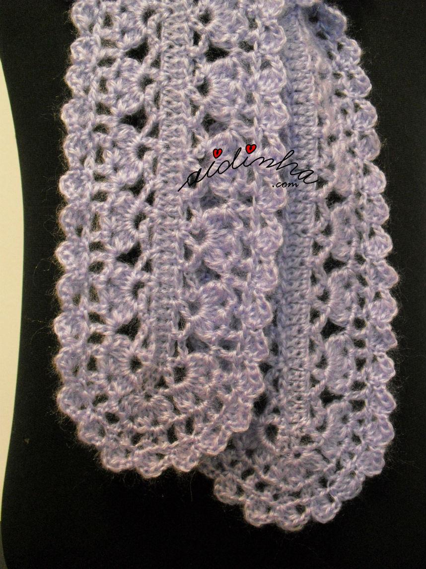 Foto de pormenor do ponto de crochet utilizado no cachecol lilás