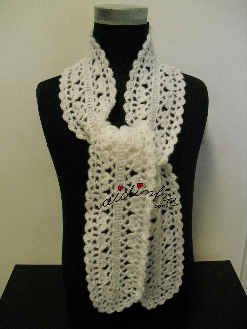 Cachecol, em crochet, rendado, na cor branca