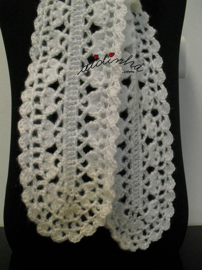 Foto de pormenor do ponto de crochet utilizado no cachecol branco
