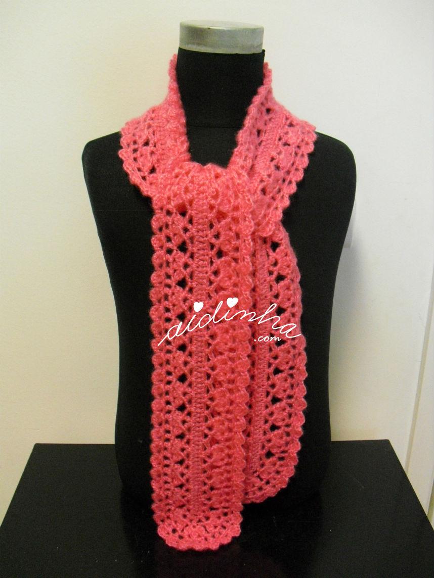 Cachecol, em crochet, rendado na cor rosa