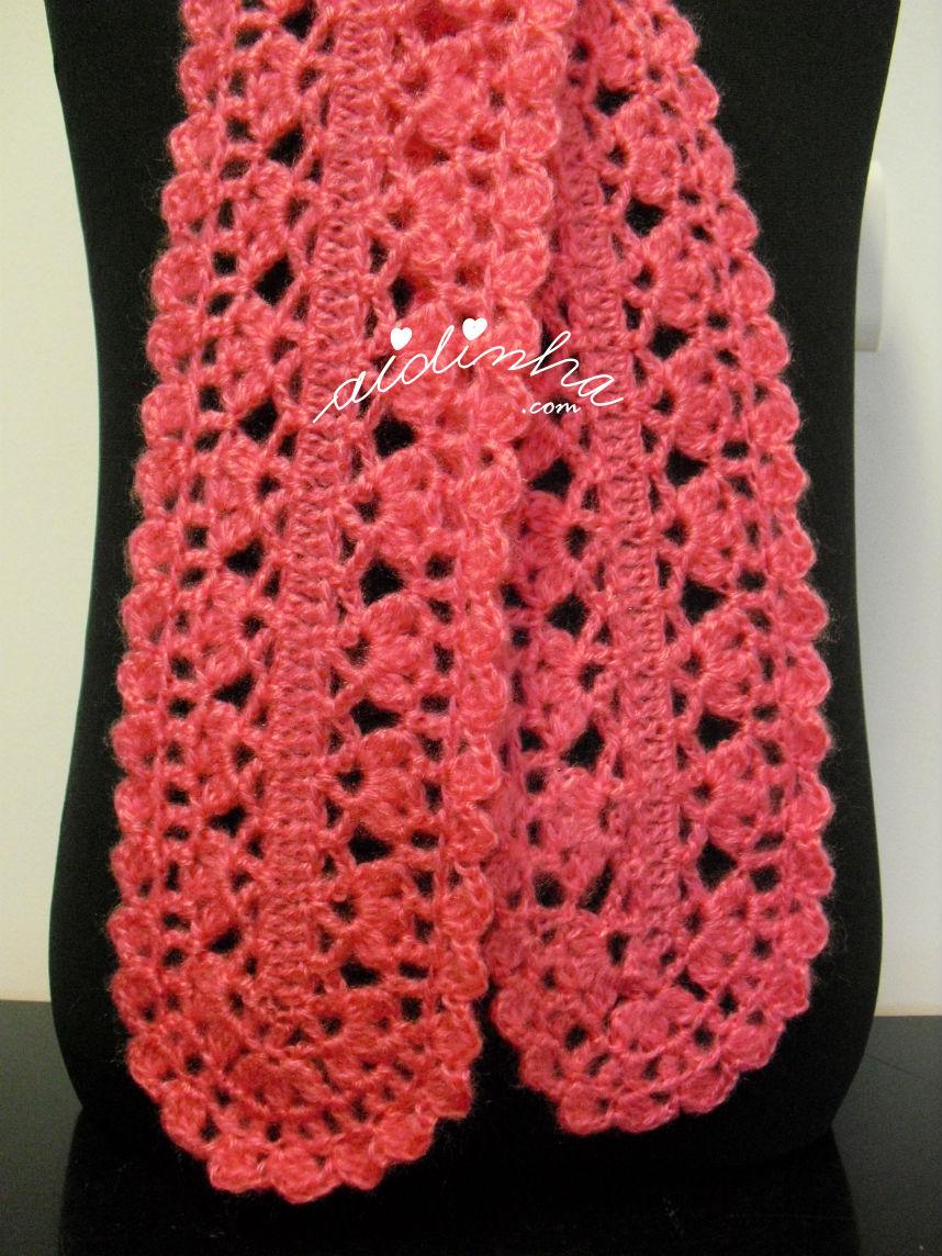 Foto de pormenor do ponto de crochet utilizado no cachecol rosa