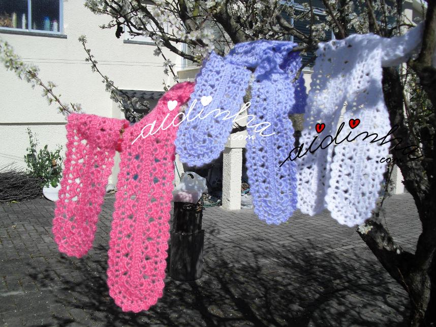 Cachecóis, em crochet rendados em três cores