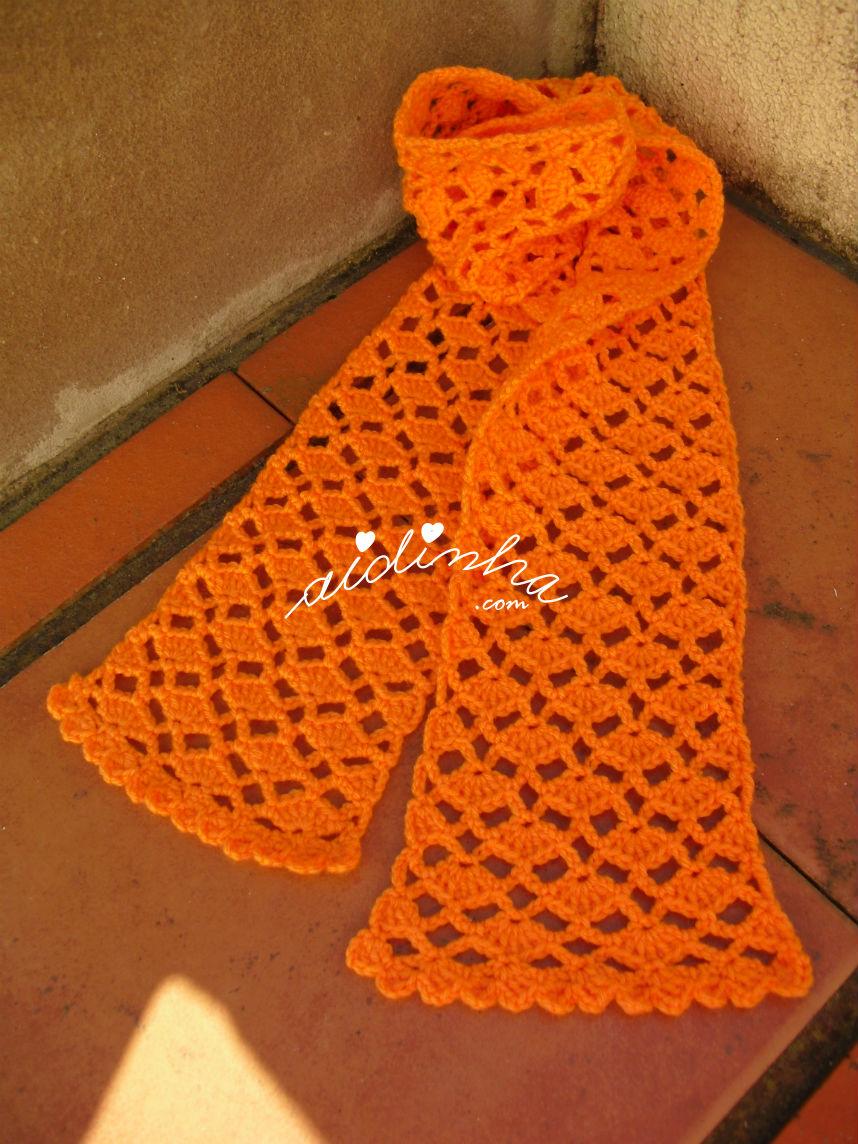 Vista total do cachecol infantil, em crochet, laranja
