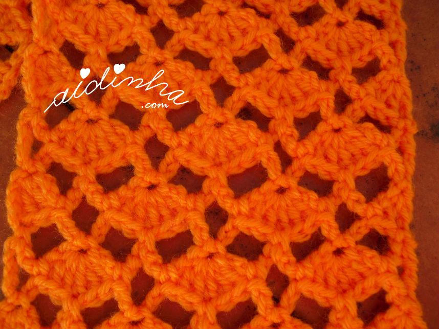 Vista do ponto de crochet utilizado no cachecol infantil, laranja