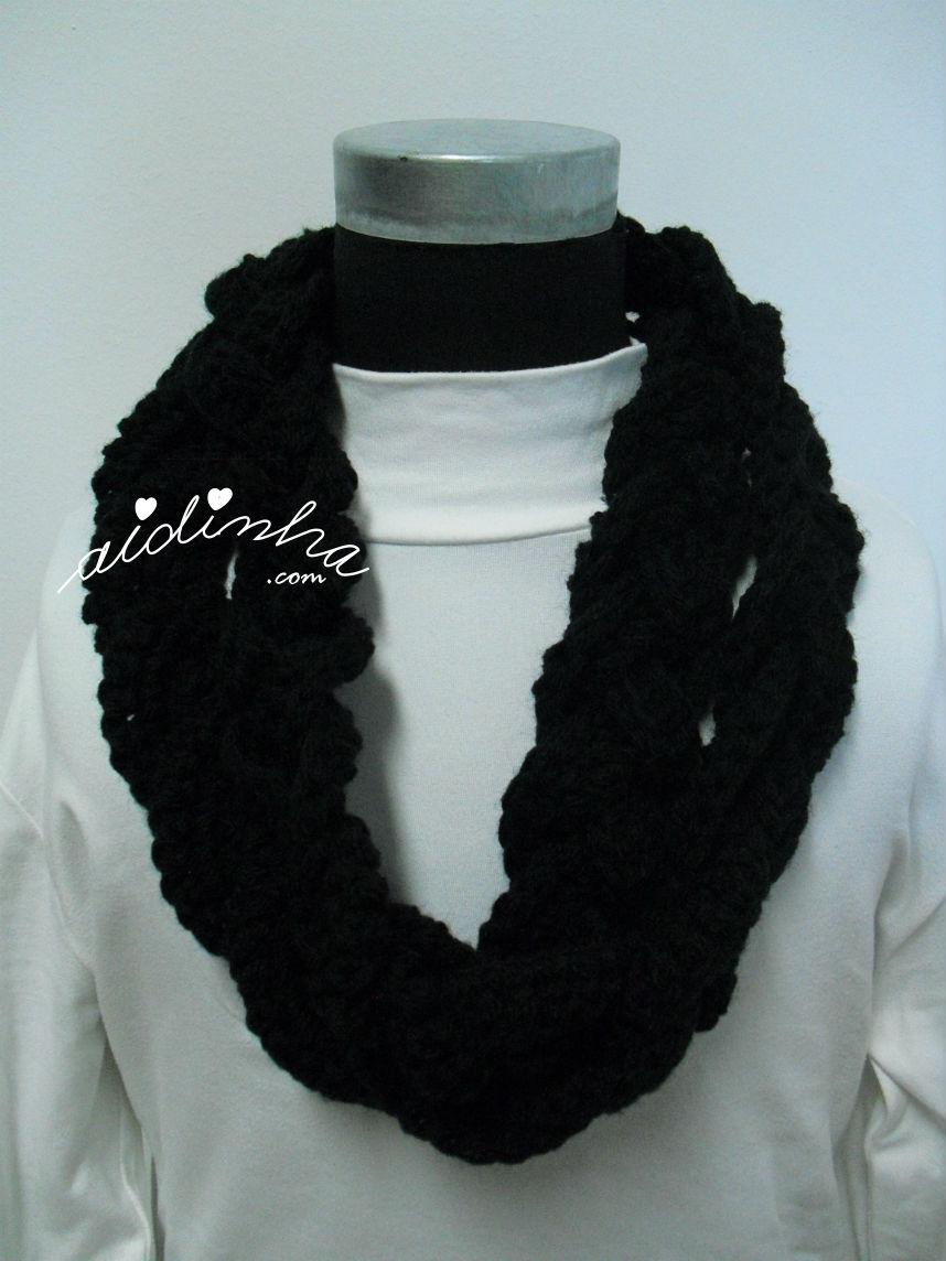 Gola, em crochet, entrançada, em preto, com duas voltas