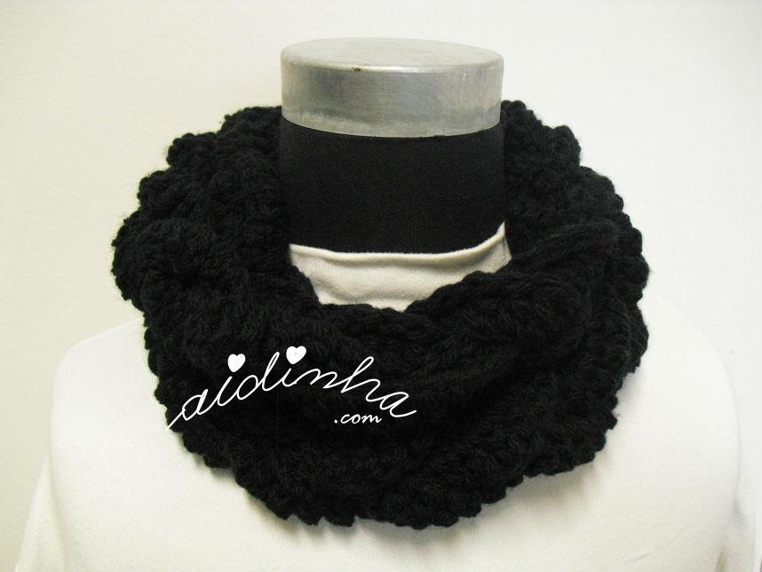 Gola, em crochet, entraçada, na cor preto