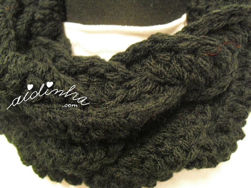 Vista de ponto de crochet, da gola entrançada, na cor preta
