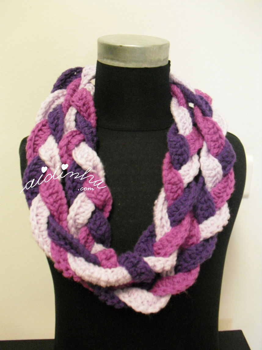 Gola, em crochet, entrançada, em tons de roxo, com duas voltas