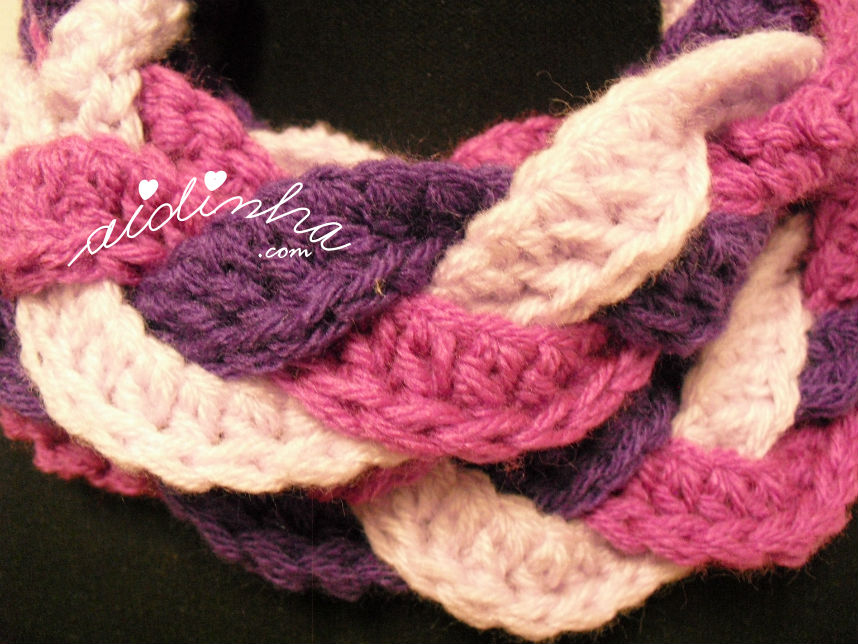 Pormenor do ponto de crochet, da gola entrançada, na cor roxa