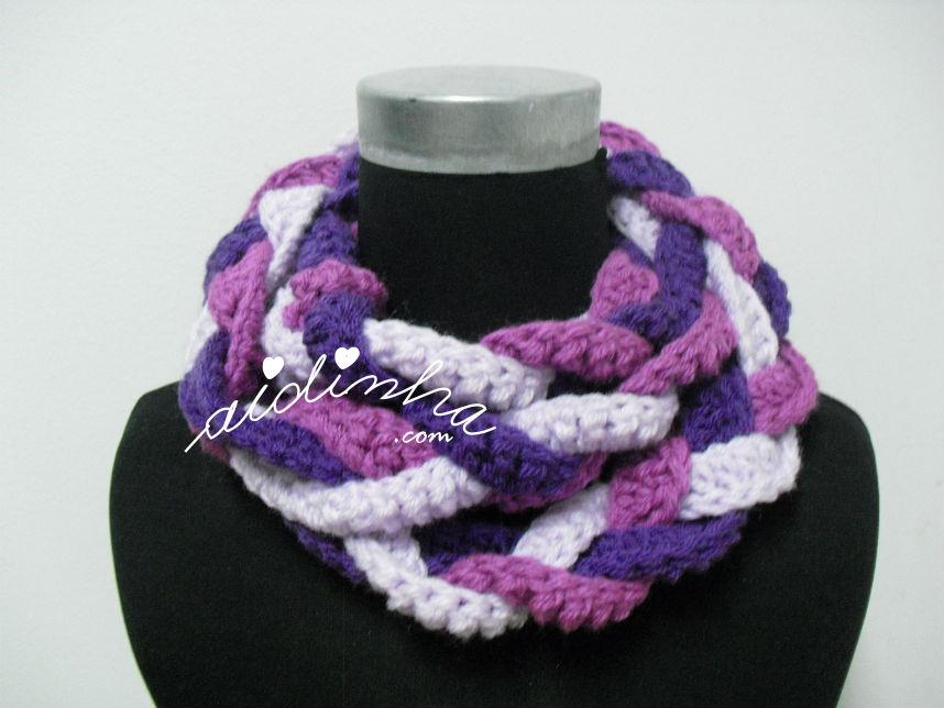 Gola em crochet, entrançada, com três cores de roxo