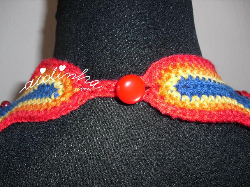 Parte detrás do colar, em crochet, multicolorido