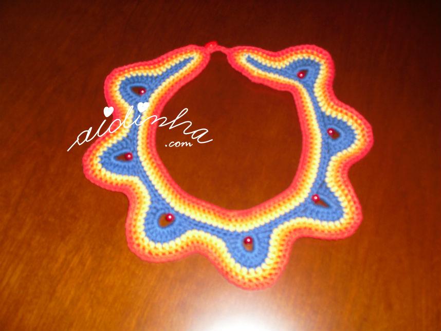 Vista total do colar, em crochet. multicolorido