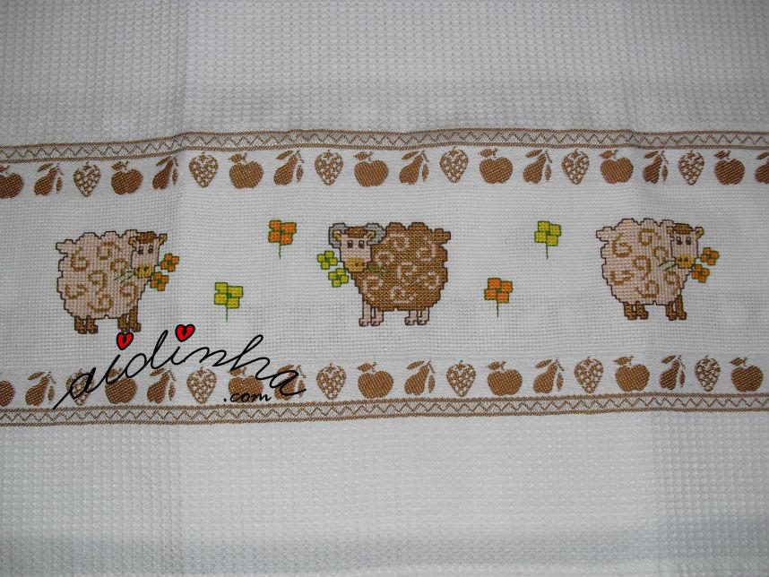 Pano cozinha bordado em ponto cruz, com carneiritos