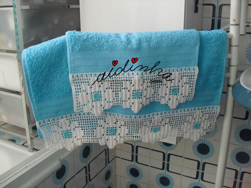 Vista das duas toalhas turquesa com renda na ponta