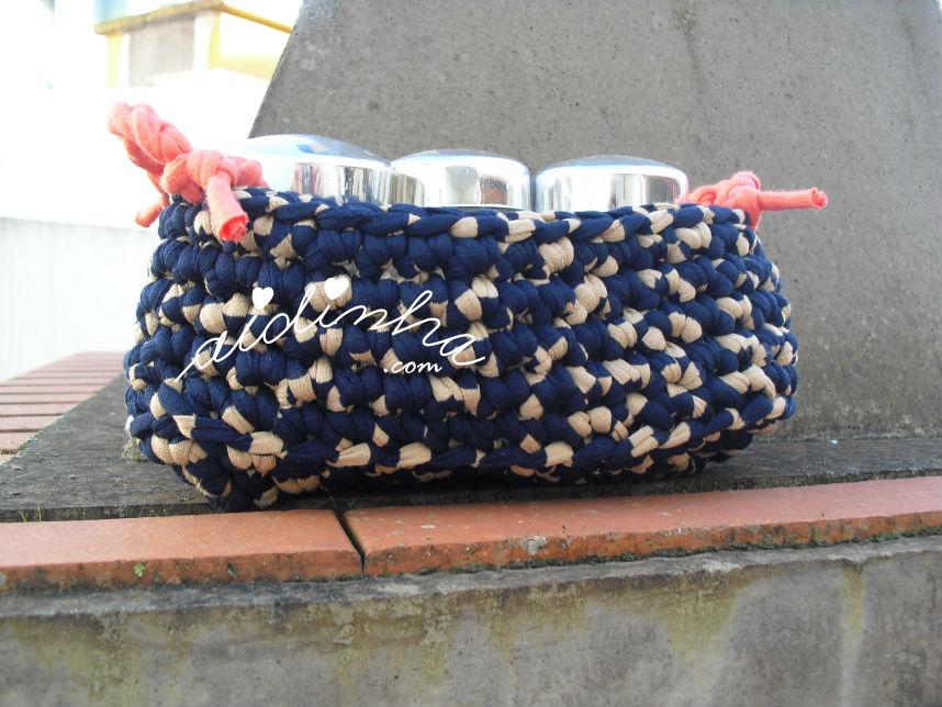 Cesto em crochet, de trapilho, com frascos de especiarias