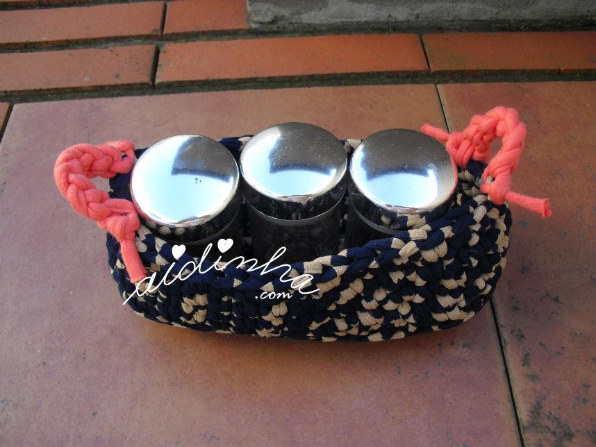 Outra vista do cesto em crochet, de trapilho, com frascos de especiarias