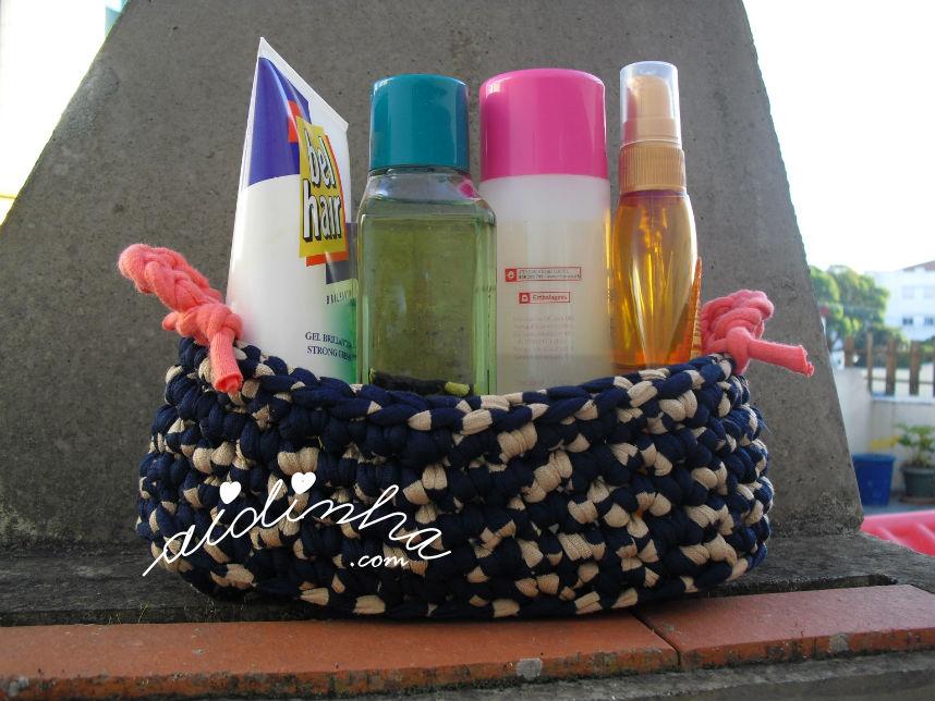 Vista do cesto de crochet, em trapilho, com produtos de higiene