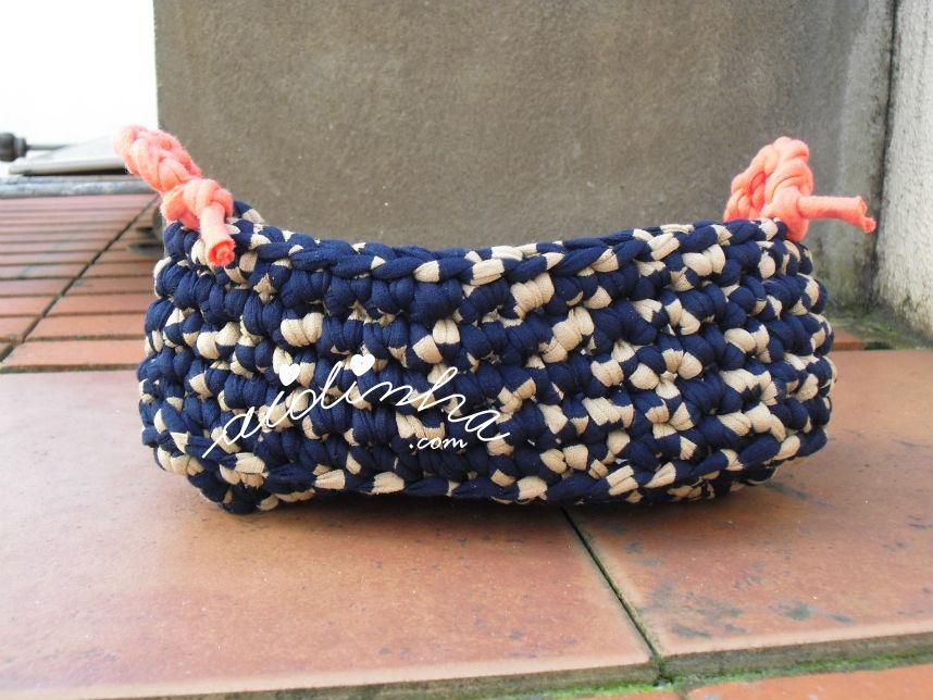Cesto em crochet, de trapilho, mesclado de azul e creme